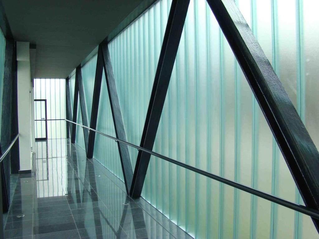 Łącznik w konstrukcji stalowej oraz szklanej